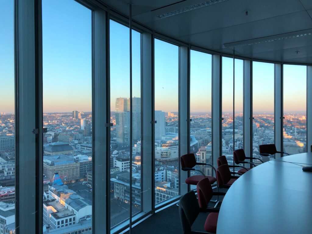 Panoramic views of the Frankfurt Skyline in a conference room.